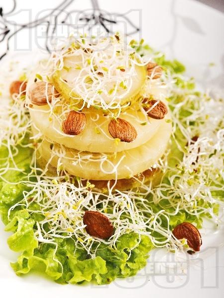 Салата с тиквички, круши, кълнове и бадеми - снимка на рецептата
